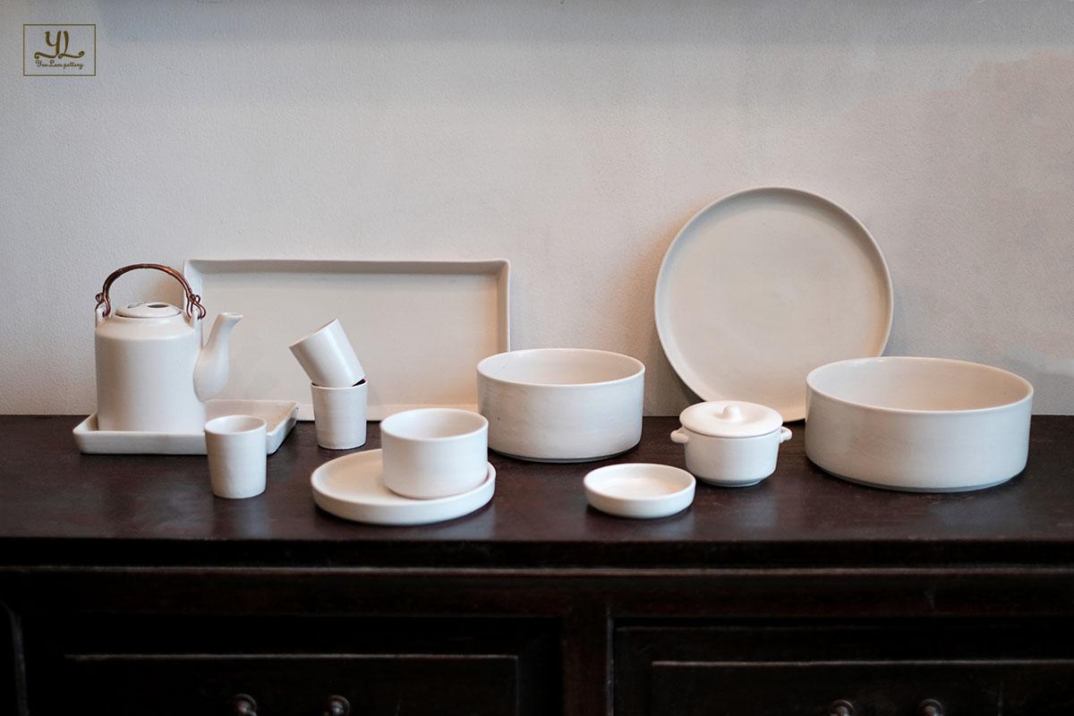 Gốm thủ công men mát trắng, phù hợp với nhà hàng có nội thất gỗ tự nhiên